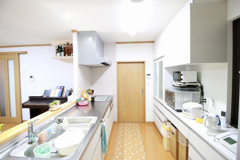 家事動線も考えられた開放的なキッチン(after)